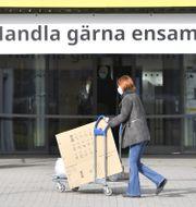 Butik uppmanar folk att följa restriktionerna.  Henrik Montgomery/TT / TT NYHETSBYRÅN
