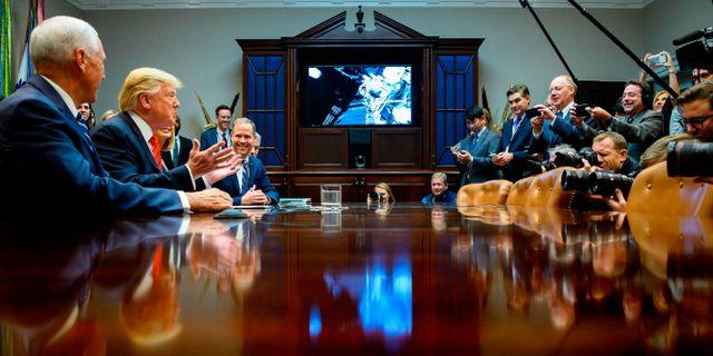 Trump talar med Jessica Meir och Christina Koch. JIM WATSON / AFP