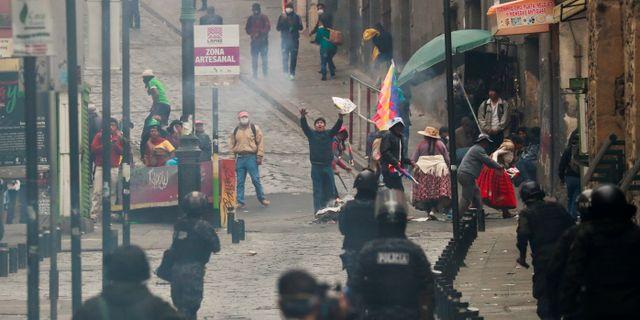 Säkerhetsstyrkor och Morales-supportrar på La Paz gator. HENRY ROMERO / TT NYHETSBYRÅN