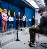 Socialminister Lena Hallengren (S), statsminister Stefan Löfven (S) och vice statsminister Isabella Lövin (MP) på en pressträff.  Erik Simander/TT / TT NYHETSBYRÅN