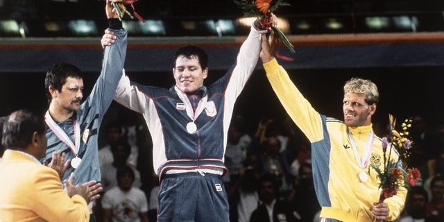Frank Andersson mottar sin bronsmedalj under OS 1984. Ron Edmonds / AP / TT / / TT / NTB Scanpix