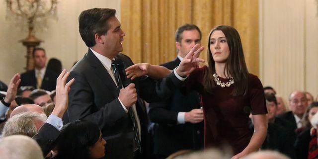 Jim Acosta och en Vita huset-medarbetare. Jonathan Ernst / TT NYHETSBYRÅN