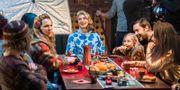 """Inspelningen av årets julkalender """"Storm på Lugna gatan"""" som kretsar kring familjen Storm och deras grannar. I mitten skådespelaren Cecilia Forss. Claudio Bresciani/TT / TT NYHETSBYRÅN"""
