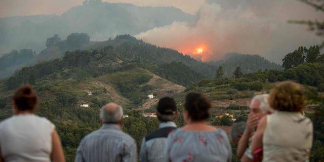 Invånare betraktar elden som härjar vid Montana Alta på Gran Canaria.  DESIREE MARTIN / AFP