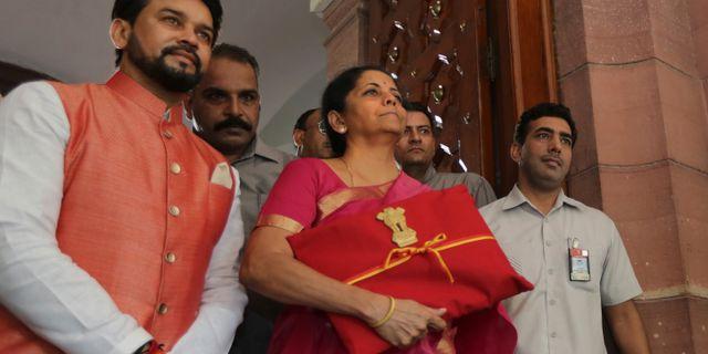 Finansminister Nirmala Sitharaman i mitten. Manish Swarup / TT NYHETSBYRÅN