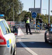 Polisen leder om trafiken i närheten av olycksplatsen. Adam Ihse/TT / TT NYHETSBYRÅN