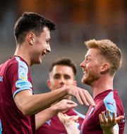 Malmö FF:s Anel Ahmedhodzic jublar med Anders Christiansen. MAXIM THORE / BILDBYRÅN