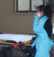 Ambulanspersonal med en bår. Elaine Thompson / TT NYHETSBYRÅN