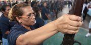 Hundratals medborgare i Acapulco tar lagen i egna händer genom att hävda rätten till självförsvar. Här håller en kvinna ur gruppen Citizens Self-Protection Police upp ett vapen. Pedro PARDO / AFP