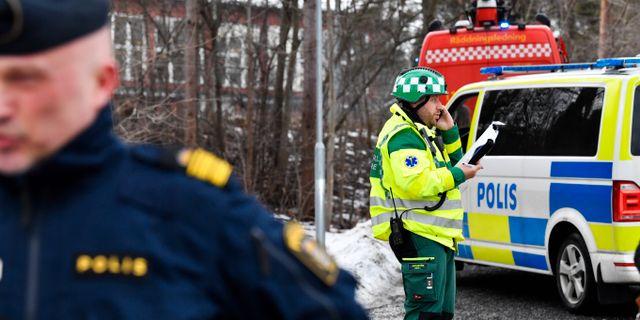 Polis och brandfordon ståendes utanför Käppala skolan på Lindingö. Skolan var tvungen att evakueras efter det att ett antal barn insjuknat under oklara omständigheter. Jonas Ekströmer/TT / TT NYHETSBYRÅN