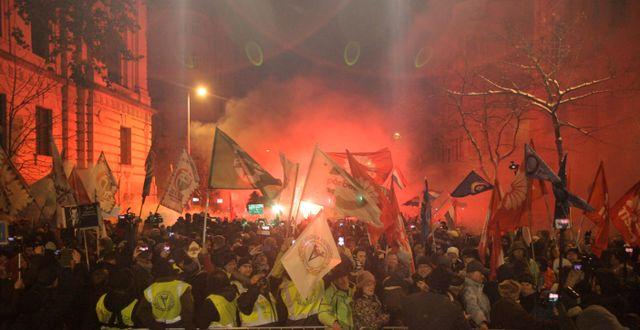 Demonstranter i Budapest på söndagen.  PETER KOHALMI / AFP