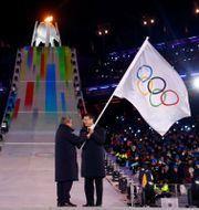 IOK-ordföranden Thomas Bach lämnar över OS-flaggan till Pekings borgmästare Chen Jining under avslutningsceremonin i Pyongchang. Dagens beslut innebär att Rysslands idrottare är fria att tävla i kommande OS KAI PFAFFENBACH / TT NYHETSBYRÅN