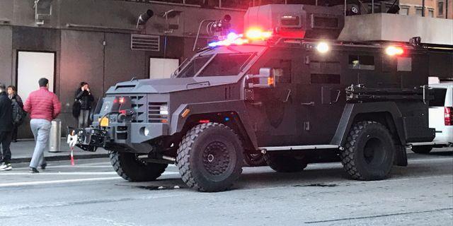 En polisbil utanför bussterminalen Port Authority.  STAFF / TT NYHETSBYRÅN