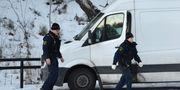 Polisen undersöker en hyrbil söder om Stockholm där en kvinna och ett barn ska ha hittats döda i fredags. Henrik Montgomery/TT / TT NYHETSBYRÅN