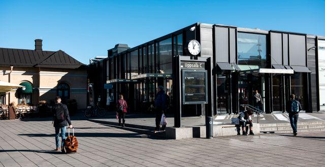 Arkivbild: Uppsala Centralstation. Ett av skälen för att hemundervisningen förlängs är för att minska trycket på kollektivtrafiken. Pontus Lundahl/TT / TT NYHETSBYRÅN
