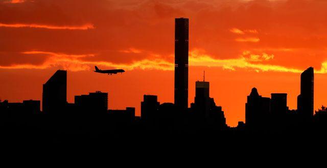 Ett flygplan flyger över Manhattans Darron Cummings / TT NYHETSBYRÅN