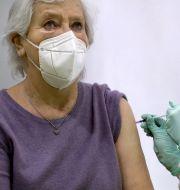 Läkaren Laura Tosberg vaccinerar Renate Schulz med Modernas vaccin i Berlin. Michael Sohn / TT NYHETSBYRÅN