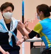 Hongkongs ledare Carrie Lam tog den andra dosen av Sinovacs coronavaccin den 22 mars. Vincent Yu / TT NYHETSBYRÅN