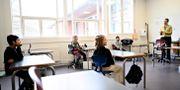 Danmarks statsminister Mette Frederiksen besökte en skolklass i Köpenhamn när skolorna öppnade igen den 15 april. Philip Davali / TT NYHETSBYRÅN