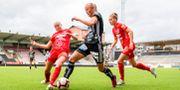Julia Karlernäs i tuff duell i match mot Örebro. FREDRIK KARLSSON / BILDBYRÅN
