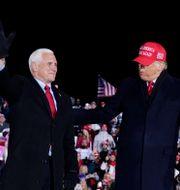 Mike Pence och Donald Trump. Arkivbild från 3 november 2020. Evan Vucci / TT NYHETSBYRÅN