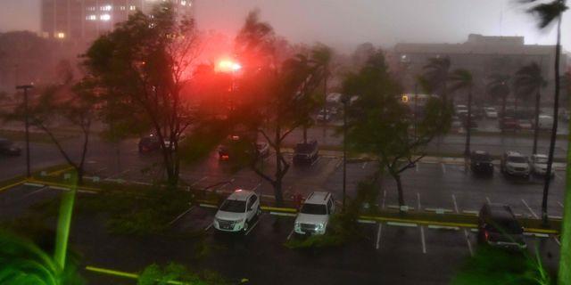Orkanen har nått Puerto Rico. HECTOR RETAMAL / AFP