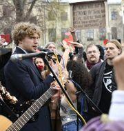 Demonstranter i Vasaparken i Stockholm på lördagen. Till vänster Filip Sjöström, en av arrangörerna. Henrik Montgomery/TT / TT NYHETSBYRÅN