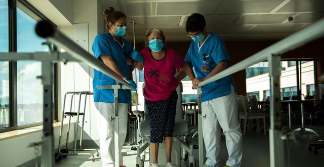 Monique Gretry, 72, får rehabilitering efter sjukdom på ett sjukhus i Belgien. Francisco Seco / TT NYHETSBYRÅN