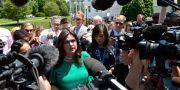 Sarah Huckabee Sanders med reportrar utanför Vita huset. Susan Walsh / TT NYHETSBYRÅN