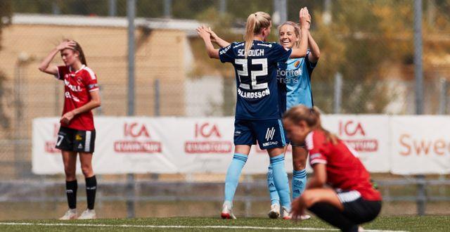 Djurgårdens Olivia Schough gratuleras efter målet. Andreas Hillergren/TT / TT NYHETSBYRÅN