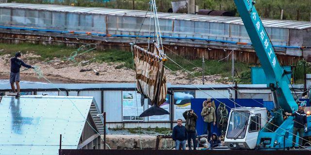 En val flyttas med kran i ryska Vladivostok Alyona Stepanova / TT NYHETSBYRÅN/ NTB Scanpix