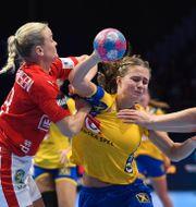 Sveriges Olivia Mellegård under en match mot Danmark i handbolls-EM 2018. Jonas Ekströmer/TT / TT NYHETSBYRÅN