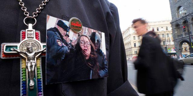 En demonstrant har en bild av Jelena Grigorjeva på sin tröja. Dmitri Lovetsky / TT NYHETSBYRÅN/ NTB Scanpix