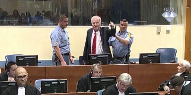 Ratko Mladic vägrade sitta ner och skrek på domaren när domen skulle förkunnas, då fick han föras ut ur rättssalen. TT / NTB Scanpix