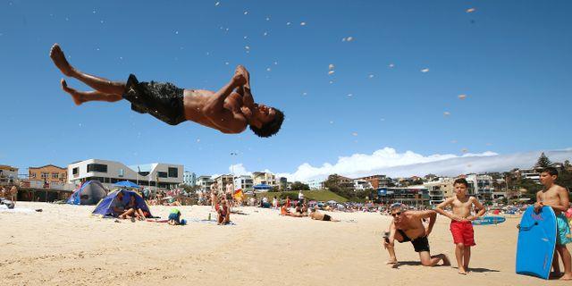 En akrobat utför konster på Bondi Beach. Rick Rycroft / TT NYHETSBYRÅN