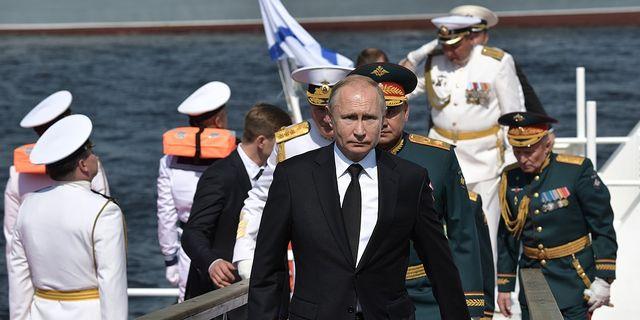 Vladimir Putin besöker ryska flottan.  TT