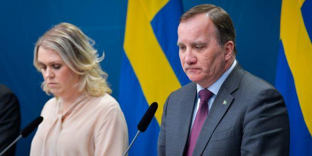 Socialminister Lena Hallengren (S) och Stefan Löfven.  Jessica Gow/TT / TT NYHETSBYRÅN