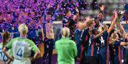 Lyon lyfter Champions League-bucklan. Nilla Fischer (nummer 4) tittar på. GENYA SAVILOV / AFP