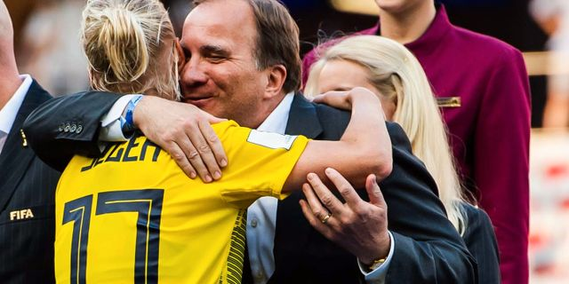 Stefan Löfven kramar om Caroline Seger under bronsceremonin. PETTER ARVIDSON / BILDBYRÅN