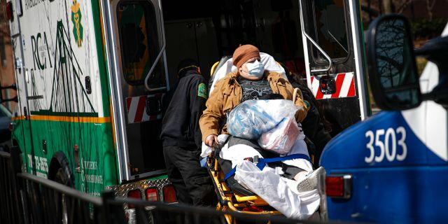 Patient på väg till sjukhus. John Minchillo / TT NYHETSBYRÅN