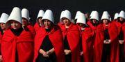 Kvinnorna klädde sig i dräkter från The Handmaids Tale för att förespråka legaliserad abort.  MARCOS BRINDICCI / TT NYHETSBYRÅN