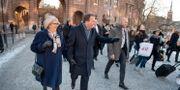 Statsminister Stefan Löfven (S) med sin fru Ulla Löfven lämnar riksdagen efter statsministeromröstning i riksdagen. Jessica Gow/TT / TT NYHETSBYRÅN
