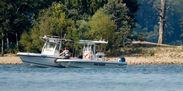 Räddningsbåtar söker efter överlevande. Charlie Riedel / TT NYHETSBYRÅN