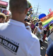 Mångfaldsparaden passerar en NMR-manifestation under politikerveckan i Almedalen.  Vilhelm Stokstad/TT / TT NYHETSBYRÅN