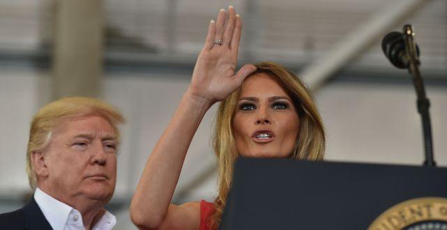 Donald Trump i hangaren i Florida, ihop med frun Melania Trump. NICHOLAS KAMM / AFP