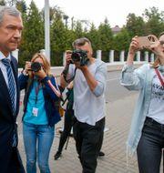 Journalister som fotograferar Pavel Latushko, Belarus ambassadör i Paris, på väg in i ett möte i Minsk.  Sergei Grits / TT NYHETSBYRÅN