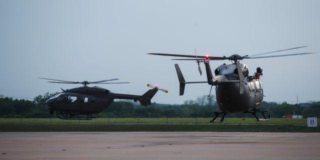 Helikoptrar lämnar en flygbas i Texas för att delta i den stärkta bevakningen vid den mexikanska gränsen. Amanda Voisard / TT NYHETSBYRÅN