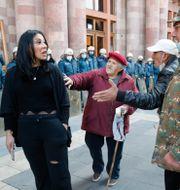 Polisen vaktar utanför regeringsbyggnaden i Yerevan, Armenien.  Dmitri Lovetsky / TT NYHETSBYRÅN