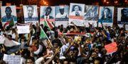 Protester i Sudan utanför militärens högkvarter i Khartoum på söndagens 19 maj. MOHAMED EL-SHAHED / AFP