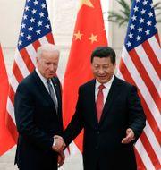 Joe Biden skakar hand med Xi Jinping. Arkivbild från 4 december, 2013.  Lintao Zhang / TT NYHETSBYRÅN